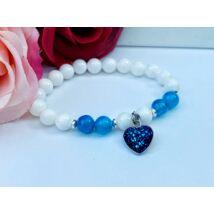Fehér jáde és kék achát ásványkarkötő kék szívecskés medállal