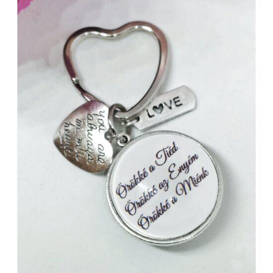 """""""Örökké a Tiéd, örökké az Enyém, örökké a Miénk"""" feliratos kulcstartó"""