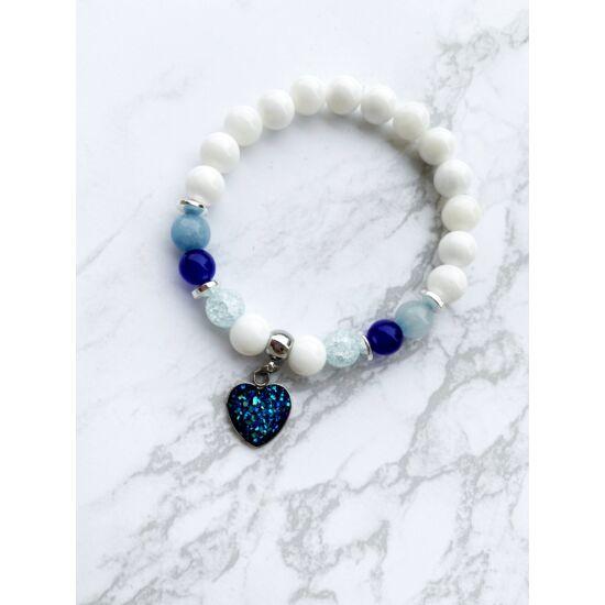 Csillogós szívecskés ásványkarkötő -kék-fehér-